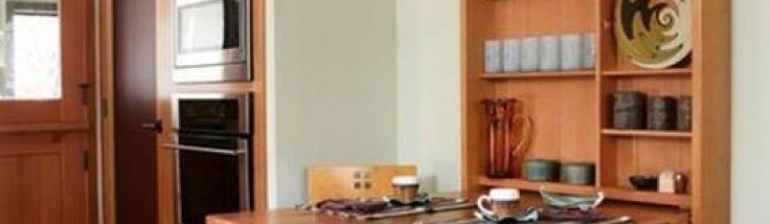 Красивый откидной стол на кухню с местами для хранения