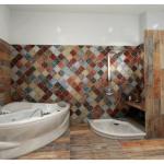 Качественная и надежная облицовка стен ванной комнаты