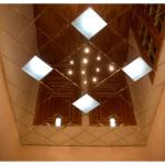 Дизайн ванной комнаты с зеркальным потолком